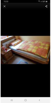Bett Nachttisch und Retrolampe