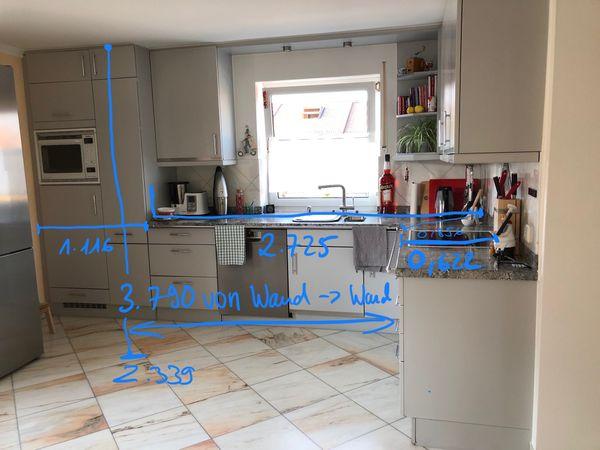 Küche mit Elektrogeräten und hochwertiger Marmorplatte in ...