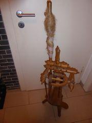 Biete ein schönes altes Spinnrad