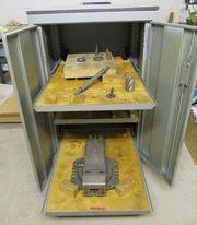Werkzeugrollschrank für Fräszubehör mit Schraubstock