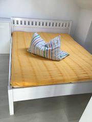 Bett aus Naturholz