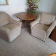 Tisch und 2 Sessel