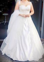 Brautkleid in Seide und Spitze
