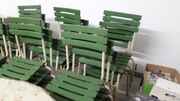 Biergartentische und Stühle
