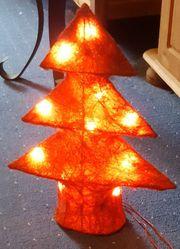 Leuchtender Weihnachtsbaum in rot elektrisch