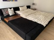 Großes modernes Bett mit Ablagefläche