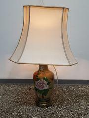 Tischlampe mit bemaltem Porzellanfuß