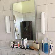 Badezimmerspiegel und Glasablagen