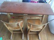 alte Schulbank mit zwei Stühlen
