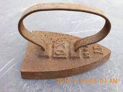 2 alte Bügeleisen aus Stahl