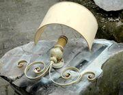 Wandlampe mit halbrundem Schirm und