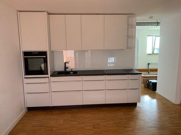 Designerküche mattweisse Glassfronten Keramikplatte
