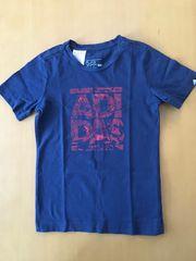 dunkelblaues T-Shirt mit rotem Adidasaufdruck