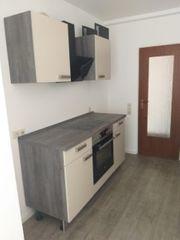 Einbauküche mit Elektroherd und Abzugshaube