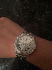 Uhr mit Diamanten