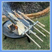 Steckerlfisch mit Holzspießen auf Feuerschale