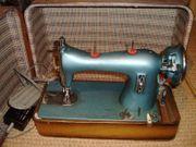 alte elektrische Koffernähmaschine blau