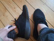 Getragene Schuhe Sneaker Söckchen Sportschuhe