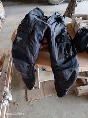 motorradklmbi mit handschuen und stiefeln
