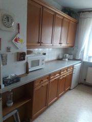 Einbau-Küche mit Kühlschrank
