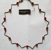 Halskette mit 13 roten Steinchen