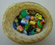 Hut voller Ü-Ei-Inhalte und Kleinspielzeug