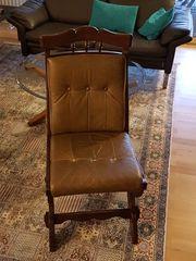Massivholzstühle mit lederbezogener Sitzfläche und