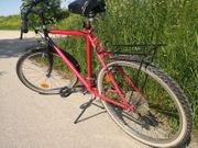 Rotes Trekking Fahrrad