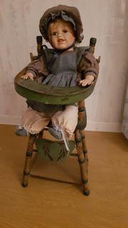 Nostalgische Puppe mit Hochstuhl