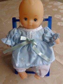 Puppen - Spielzeug Püppchen im Liegestuhl mit