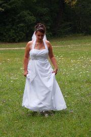 Brautkleid mit Neckholder und Reifrock