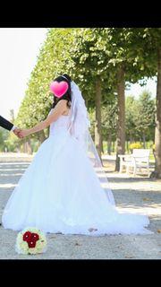 Brautkleid mit Perlen und Straßsteinen