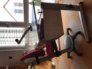Schreibtisch mit Lampe und Drehstuhl