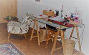 Schreibtisch mit Glasplatte und Holzböcken
