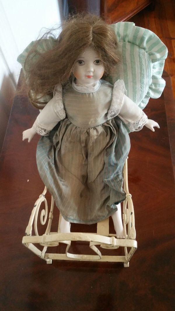Antikes Puppenbett Metall mit Porzellan/Keramik Puppe