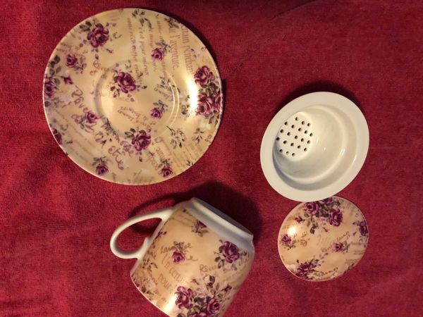 Tee Aufbrühtasse und Küchenwand Uhr