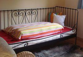 Bett, Eisengestell, mit Matratze und Lattenrost
