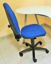 Schreibtisch-Drehstuhl mit höhenverstellbarer und schwenkbarer