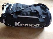 Mittelgroße Sporttasche von Kempa schwarz
