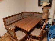 Sitzecke und Küchenschränke