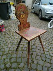 Alter Holzstuhl zur Deko