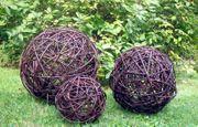 Gartenbälle in verschiedenen Größen geflochten