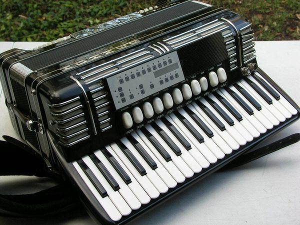 älteres schwarzes Akkordeon Hohner Morino