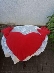 Herz-Plüschkissen mit Arme in der