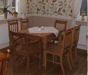 Schöner Weichholztisch mit 4 Stühlen