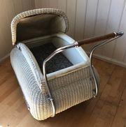 Nostalgischer Kinderwagen mit Korbgeflecht und