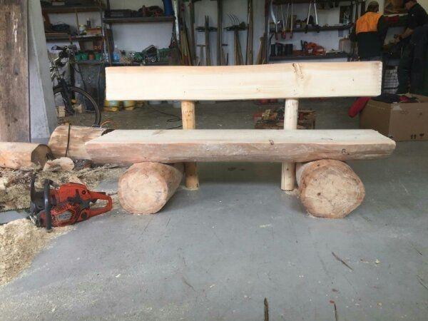 Brunnentröge und Holzbänke mit Lehne