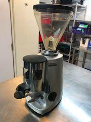 Gastronomie Auflösung Espressomaschine Kaffeemühle Dessertvitrine