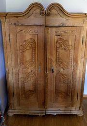 Alter Bauernschrank mit geschnitzten Türen