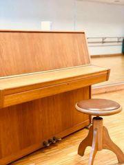 Klavier auf stabilen Rollen mit